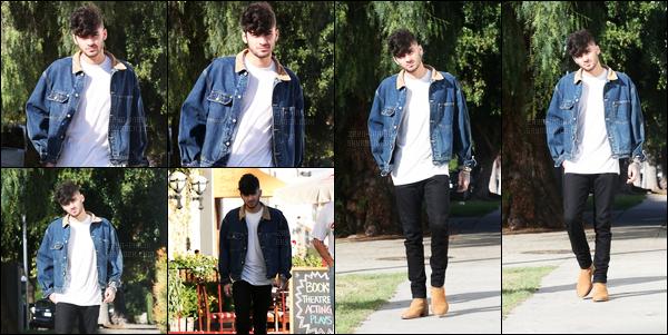 24/11/16 : Zayn a été aperçu alors qu'il se promenait dans les rues de West Hollywood à Los Angeles (CA) !Quelques jours après avoir gagné un award, Zayn a été vu, encore très fatigué et tout seul, se promenant sous le grand soleil de la Californie. Top !