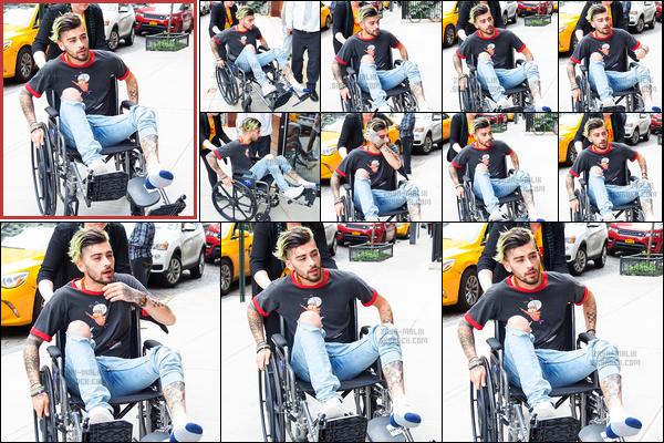 .29/04/17. ─ C'est dans un fauteuil roulant que Zayn a été photographié lorsqu'il revenait à son immeuble à New-York ! Selon des rumeurs, Zayn se serait fouler la cheville en faisant je ne sais quoi. Cela ne devait pas être bien grave puisqu'il remarchait le lendemain matin.