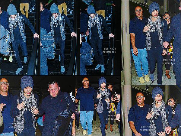 ' 24/11/2014 : Zayn Malik a été photographié, allant prendre un vol à l'aéroport de « LAX » à Los Angeles.  Direction l'Australie pour l'ensemble du groupe bien que le reste du groupe sans Harry soit déjà arrivé en Australie la veille. J'aime bien sa tenue ! '
