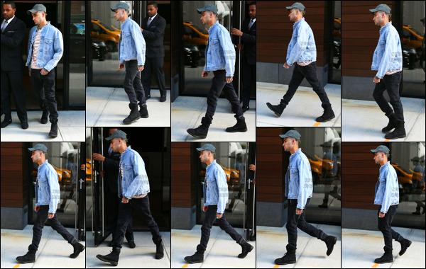 .12/05/2017. ─ Toujours avec la même expression sur le visage, Zayn sortait de l'immeuble de Gigi situé à Manhattan ! Je crois que l'on est tombé dans le trou.. Zayn a l'air complètement fatigué et complètement à l'ouest. Sa collection Versus approche à grand pas. Hâte ?