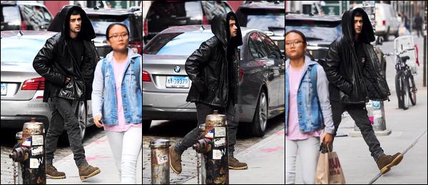 """. '03.11.17' '─' Après deux mois sans sortie, Zayn a été photographié alors qu'il arrivait chez Gigi à New-York !  Très peu de photos pour cette sortie de Zayn ! On peut voir que ses cheveux ont repoussé et qu'il a l'air fatigué comme d'hab. Je suis fan de sa tenue.. """""""