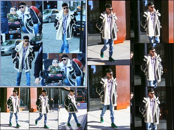 """. """"13.01.18"""" '─' Toujours dans le quartier de Manhattan, Zayn a été aperçu en rentrant dans l'immeuble de Gigi.  Avant d'être photographié en revenant à l'immeuble, celui-ci a été aperçu en le quittant. Il a d'ailleurs posé avec plusieurs fans en revenant. Un gros top ! """""""
