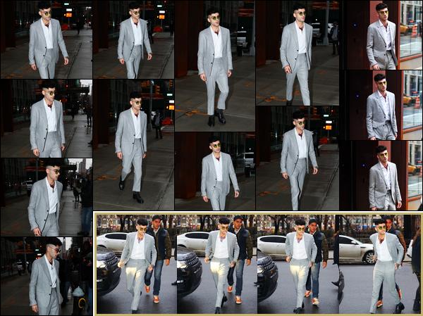 """. """"17.01.18"""" '─' C'est en costard que Zayn a été photographié lorsqu'il quittait l'immeuble de Gigi à New-York !  En effet, celui-ci avait plusieurs rendez-vous concernant la sortie de son prochain album. Il s'est d'ailleurs ensuite rendu dans les locaux de son label Sony """""""
