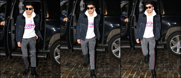 """. """"22.12.2017"""" '─' Zayn a été photographié lorsqu'il arrivait à l'appartement dans lequel il vit à Manhattan (NY)  Pour cette sortie, il y a très très très eu de photos et les photos ne sont vraiment pas terribles. Cependant, je trouve que Zayn est vraiment somptueux ! """""""