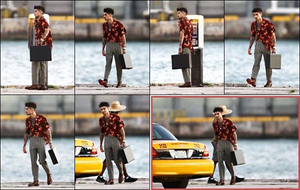""". """"03.03.18"""" '─' Zayn a été aperçu alors qu'il tournait son nouveau et prochain vidéo-clip dans la ville de Miami  Il semblerait que ce soit la deuxième partie du clip de Dusk Till Dawn comme Zayn porte exactement les mêmes vêtements. Alors hâte ? """""""