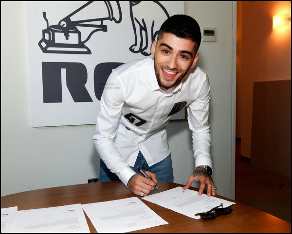 """"""" Découvrez la photo officielle de Zayn signant son 1er contrat avec « RCA Records » !  """""""