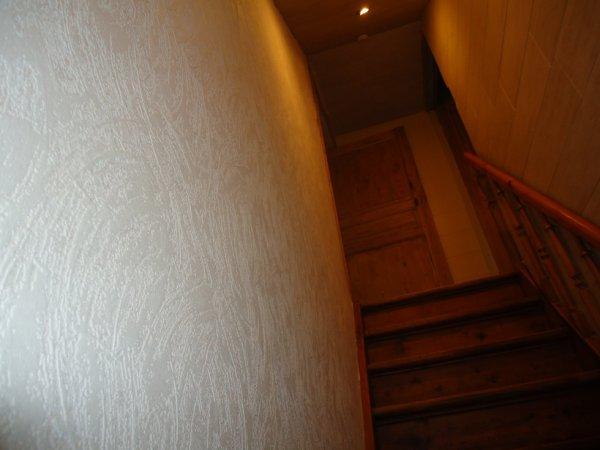 pose de la fibre de verre dans la cage d'escalier c'est fait...