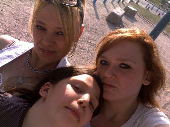 mes filles et mwa en trin de profité des premier rayon du soleil lollllllll