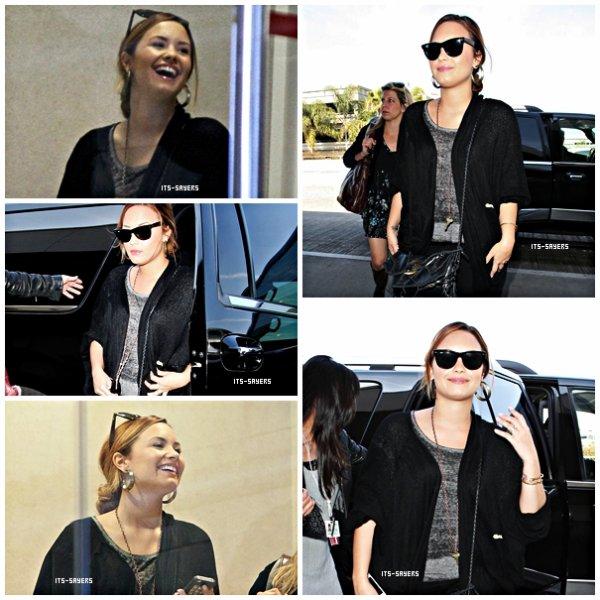 Mardi 13 mars : Demi a été vu au départ de l'aéroport de LAX le 12 Mars 2012 à Los Angeles.