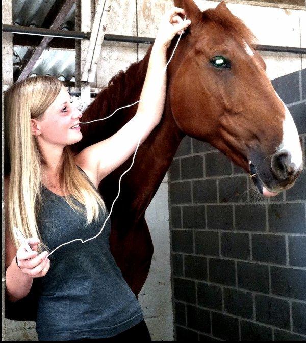 Mon cheval, il écoute de la musique. Et j'adore lui prêter mes oreillettes ! ^^