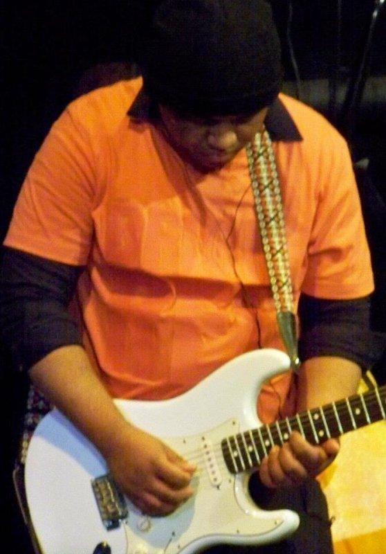 A la guitare rythmique, soliste et claviériste ...