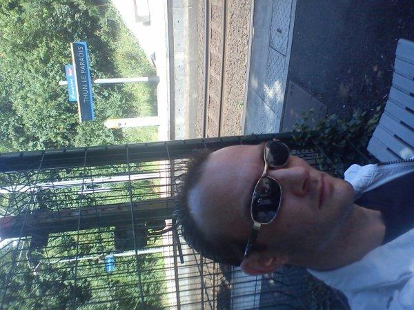 Moi 2012 devant ma gare lol