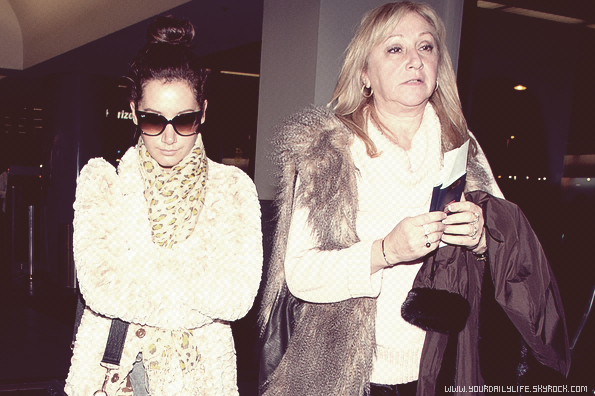 3 mars 2011 - ,Ashley et sa mère Lisa ont été aperçues à l'aéroport Lax de Los Angeles direction Vancouver.