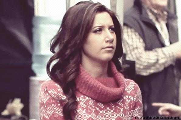 16 mars 2011 - Ashley a été aperçue sur le set d'Hellcats pendant sa pause déjeuner.