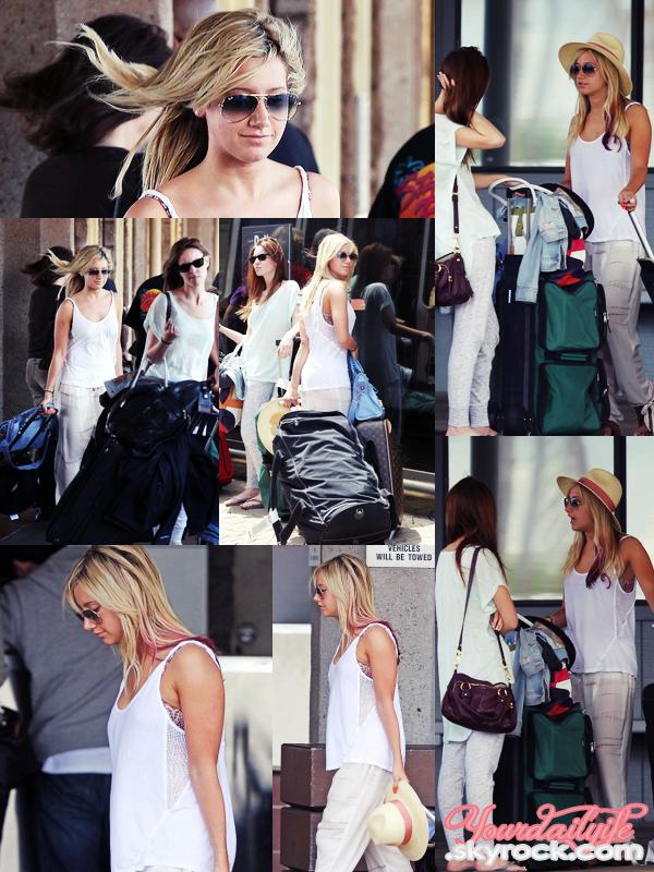 - Dimanche 18 mars • Ashley a été aperçue à l'aéroport d'Hawaii avec Carlos Pena et Samantha Droke. La tenue d'Ashley est très jolie malgré la simplicité mais le blanc lui va bien. J'aime également ses lunettes et son chapeau. Jolie TOP!