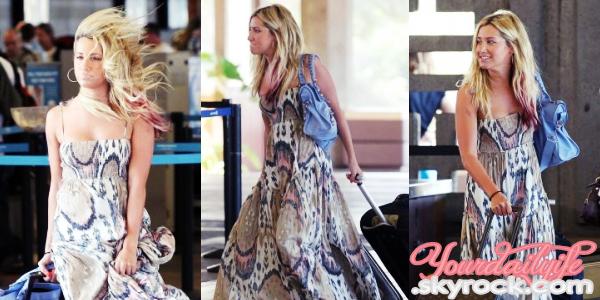 - Vendredi 23 Mars• Après un séjour à Hawaii, Ash', sublime & souriante, a été vue à l'aéroport d'Hawaii. J'adore sa tenue, je suis en admiration pour sa sublime robe et ses lunettes Ray-Bans qui lui vont bien,avec son teint bronzé. Superbe! +Ashley se rendra sans doute, une deuxième fois à Hawaii juste après l'anniversaire de Perez Hilton qui a lieu ce samedi 24 Mars 2012. -