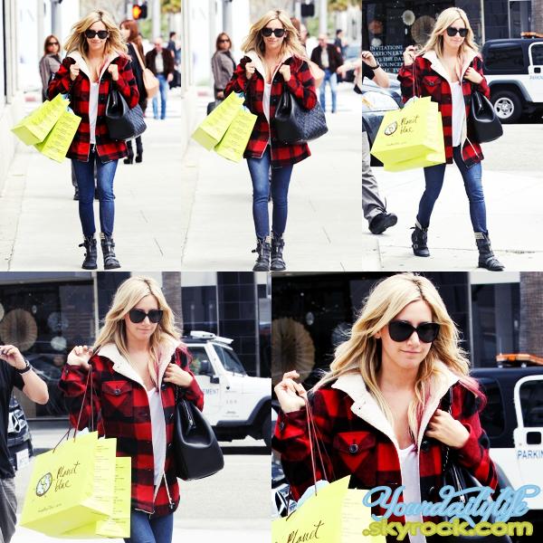 - Jeudi 12 Avril• Ash' s'est rendue à Beverly Hills pour pouvoir faire du shopping au magasin Planet Blue. Ash' avait opté pour une sublime tenue, je suis conquise. J'aime énormément son manteau, ses bottes et son sac Chanel. Un TOP! ♥ -
