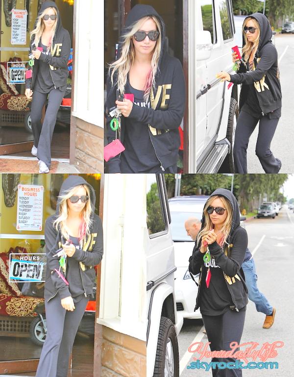 - Mardi 1er mai• Ashleya été vue quittant un salon de manucure et de pédicure à Los Angeles (CA). C'est une simple tenue de sport mais cette tenue va parfaitement à Ashley. De plus, elle s'est fait une très jolie manucure jaune. -