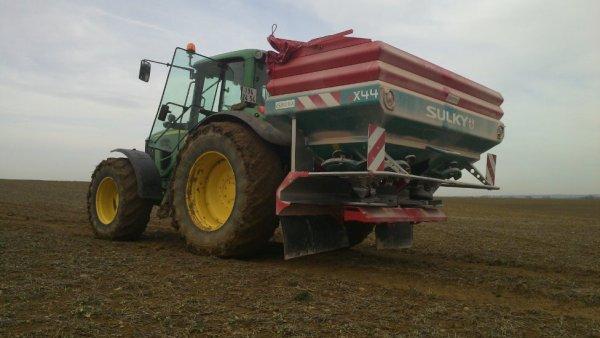 les épandages d'engrais se font dans le blé  ps bel ensemble ou pas avec sulky x 44 et jd 6930 prenium a puch d'agnais lt et garonne