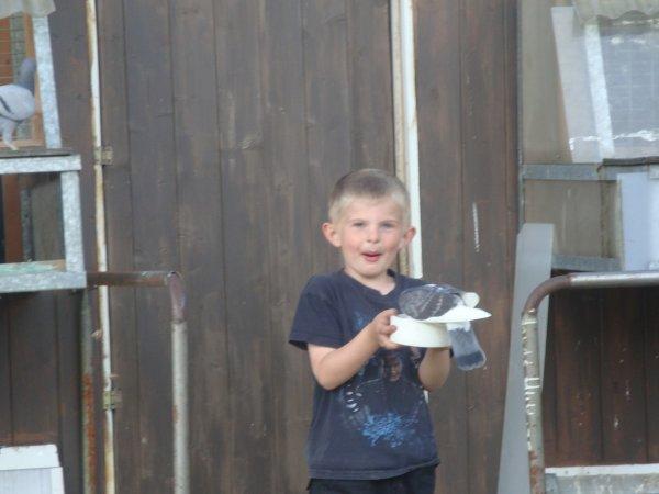 voici mon petit coeur avec ses pigeons lol