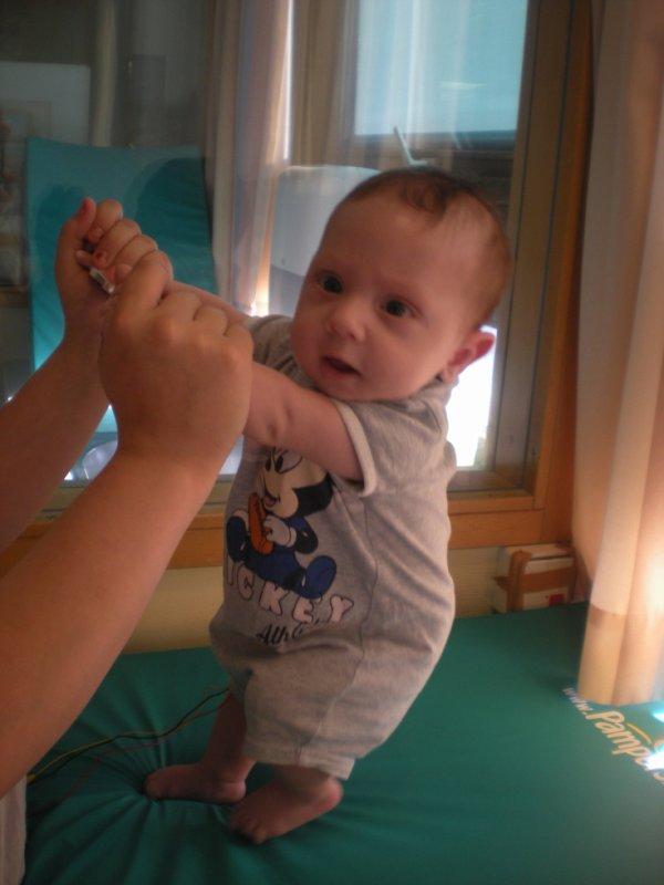 mon bebe a deux moi qui tien deja sur ses jambe maman et fiere de toi mon peti prince
