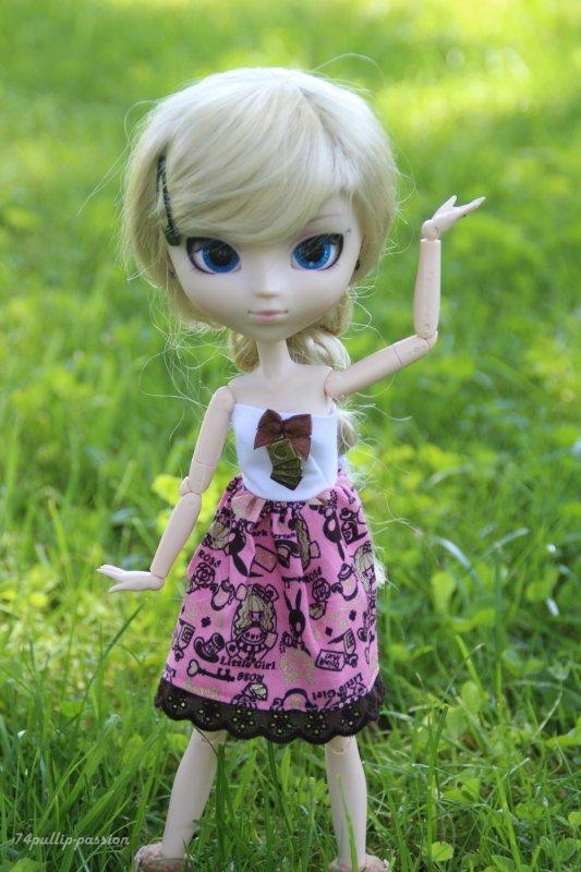Lola dans le jardin '.'