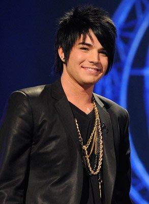 """L'album acoustique d'Adam Lambert contiendra cinq chansons. Adam apparaît sur la couverture en chemise (miam j'ai bien hâte de voir!!!).  Intitulé """"Acoustic Live!"""", il reprend des versions des titres de son premier album dont """"For Your Entertainment"""",""""Whataya Want From Me"""" et """"Music Again"""" qui ont été enregistrées alors qu'il était en Allemagne, ainsi qu' """"Aftermath"""" et """"Soaked"""" qui sont issus de sa tournée Glam Nation. Une version acoustique de """"Mad World"""", issue de son premier récital dans """"American Idol"""" y figure également."""