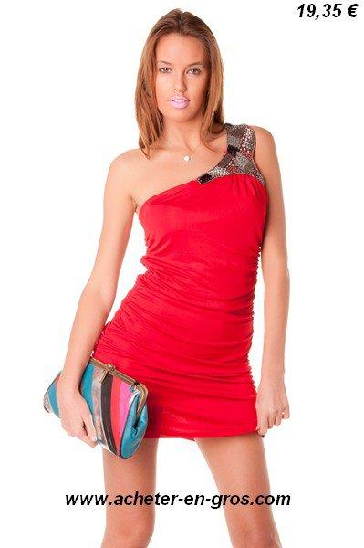 Magnifique robe de soirée asymétrique avec épaule ornée de perles brodées.