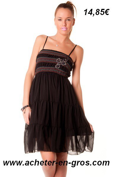 Belle robe avec broderie et strass sur la poitrine. Modes et tendances.