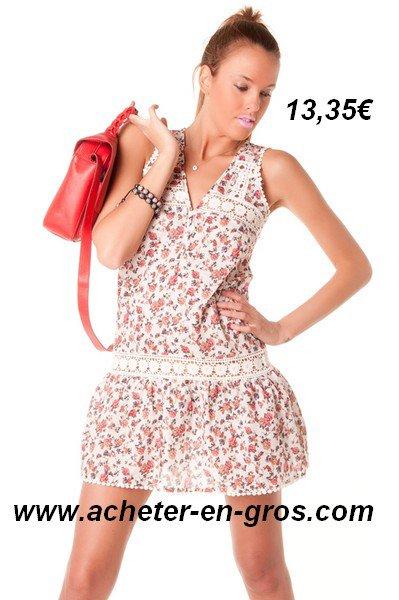 Superbe petite robe avec dentelle et motifs fleuris. 100% coton.