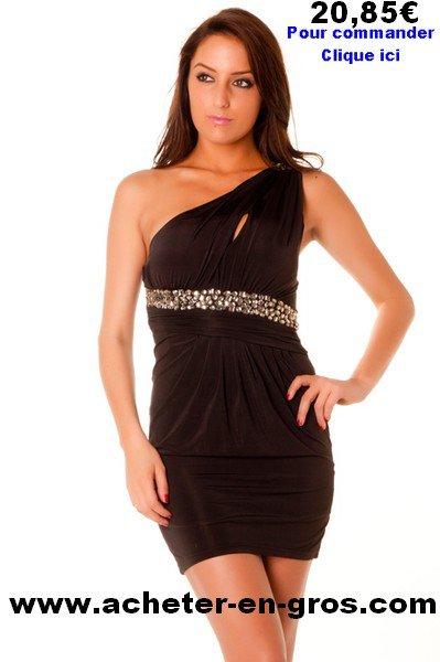 Belle robe de soirée asymétrique noire avec strass sur la taille. Mode femme.