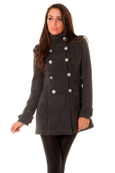 Manteau 3/4 avec 8 boutons.