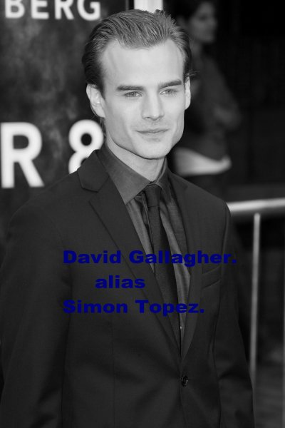 David Gallagher alias Simon Topez.