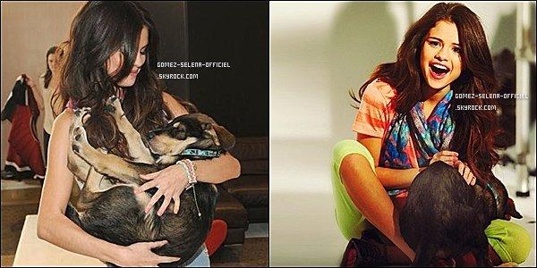 .  15  novembre 2011 : Selena posant avec Baylor pendant une pause d'un photoshoot. .