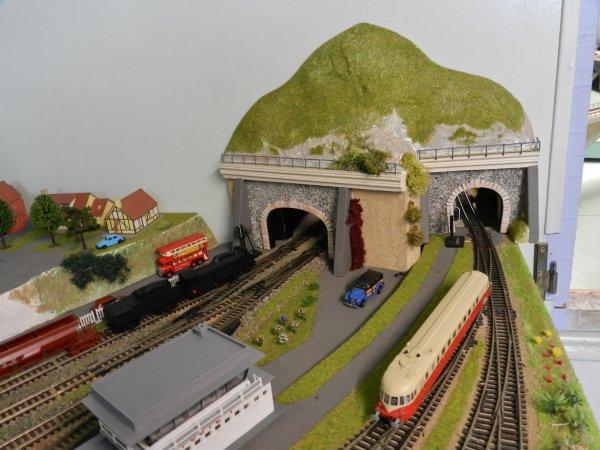 Deux entrées de tunnel  pour faire passer les trains  d'une pièce à l'autre