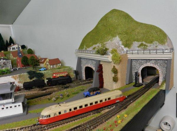 Deux entrées de tunnel  pour faire passer les trains d'une piéce à l'autre.