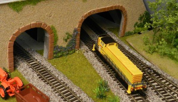 Deux entrées de tunnel  pour faire passer les trains d'une piéce à l'autre