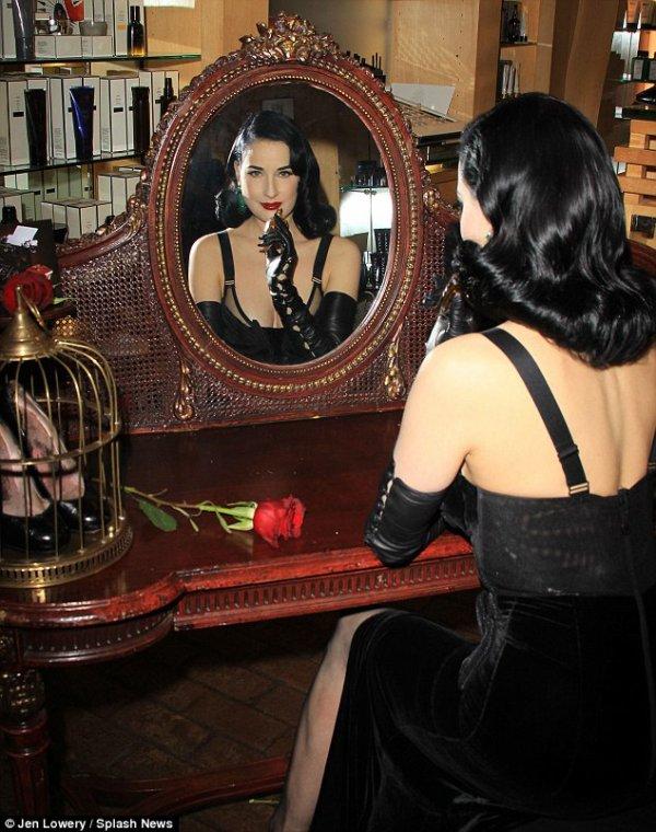 PHOTOS - Dita Von Teese, dark et follement glamour pour lancer son parfum