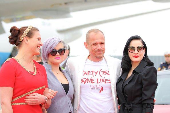15 MAI - Kelly Osbourne et Dita Von Teese arrivent sur le plan Life Ball posant avec l'organisateur Gery Keszler à Vienne, en Autriche.