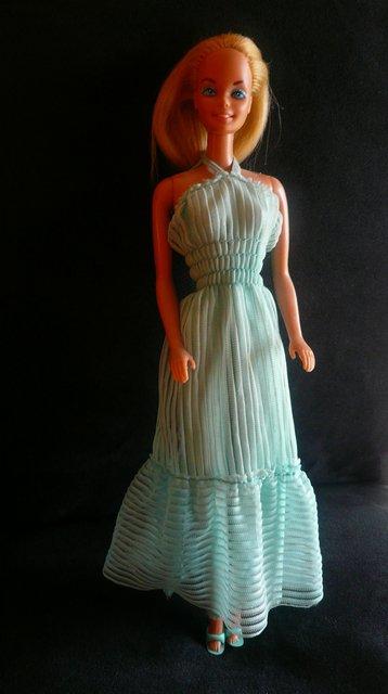 Barbie porte la tenue n° 3672 de 1982 nommée Pervenche