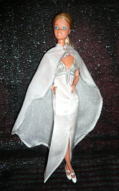 """Fashion Photo Barbie dans la tenue n° 2304 de 1978 """"Fabulous gown for nights on the town"""""""