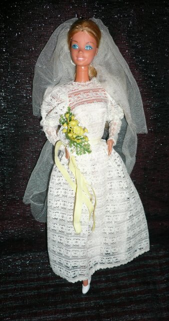 "Fashion Photo porte la tenue n° 2965 de 1979 ""Wedding belle"""