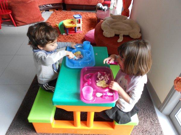 Emy et Alessio repas et jeux!!