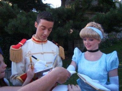 Cendrillon et son prince :scéance d' autographe