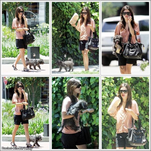 . › Rachel se promenant dans les rues de Los Angeles avec son petit chien . J'adore !  ( Article Flashback )  .