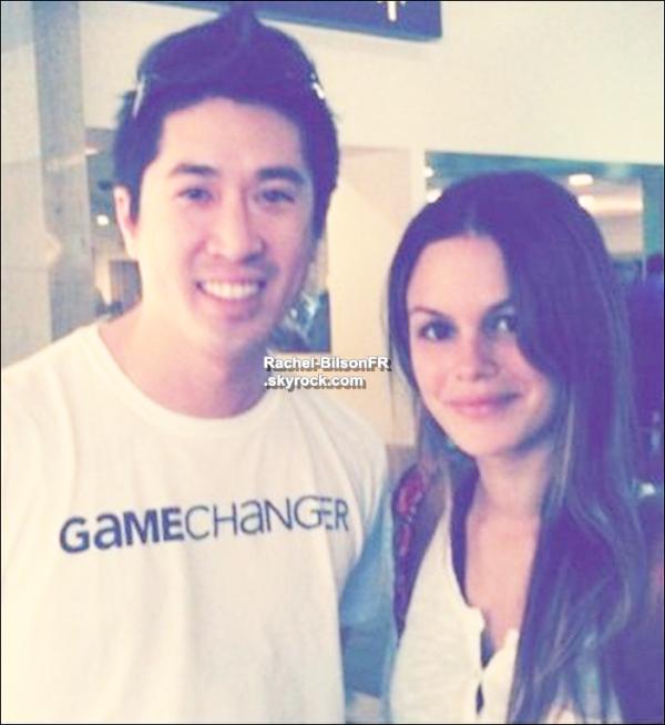 """. › Rachel pose avec un fan dans l'aeroport de Los Angeles . . Selon twitter , Rachel va à Sundance pour assister au """" Sundane Film Festival """" qui s'y passe . Vite , des photos !  ."""