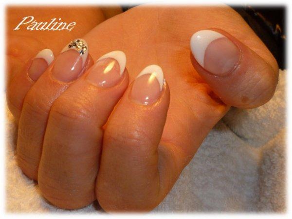 french blanche sur ongles en amandes d co strass blog de. Black Bedroom Furniture Sets. Home Design Ideas