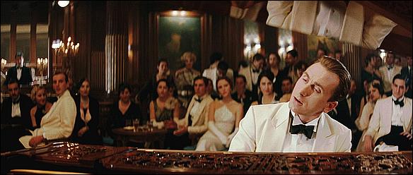 """THE LEGEND OF 1900 """" Le scénario est si romanesque, si original que le charme agit. Et Tim Roth, à la fois enfantin et fragile, arrive à donner à ce film inégal la grâce funambulesque qui lui manque.. """".Pierre Murat"""