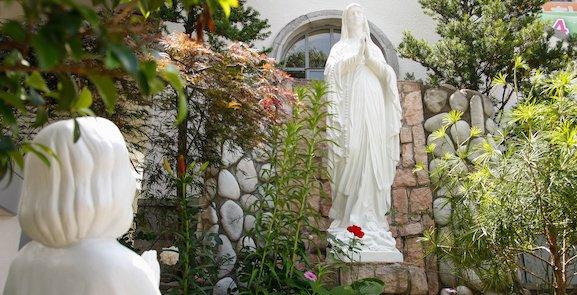 Que Marie nous accompagne dans cet itinéraire pénitentiel, le Carême.