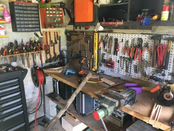 Voici mon établie avec une partie de mes outils à main